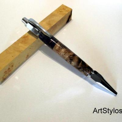 Stylo bille en bois de Loupe de Peuplier, et Résine Artisanale Pignes de Pins